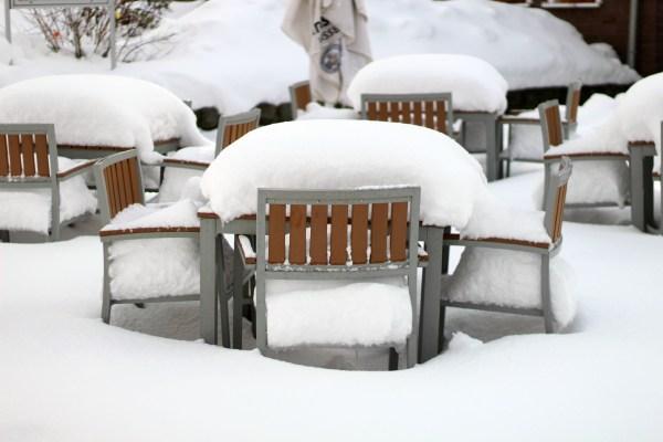 terras bedekt met sneeuw