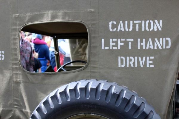 caution_left_hand_drive_jeep_optocht_bevrijdingsdag_drachten_2015_keep_them_rolling_70_jaar_bevrijding_friesland