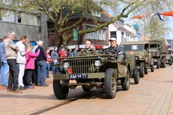jeep_2_optocht_bevrijdingsdag_drachten_2015_keep_them_rolling_70_jaar_bevrijding_friesland