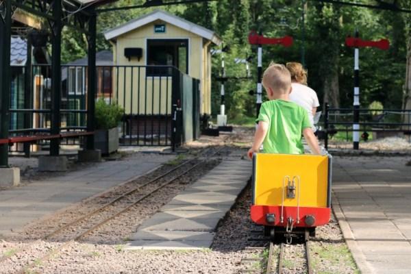 nienoord-trein-rijden-station-leek