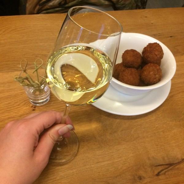 wijn bitterballen