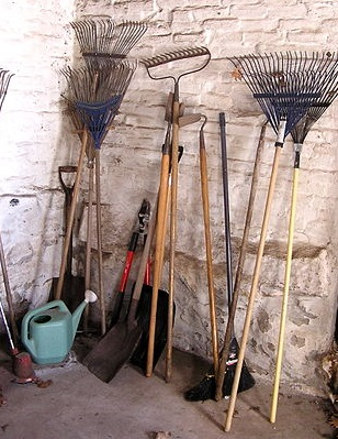 343px-Gardening_tools,_leaf_rakes_etc By liz west (Flickr: awaiting spring) [CC-BY-2.0 (http://creativecommons.org/licenses/by/2.0)], via Wikimedia Commons