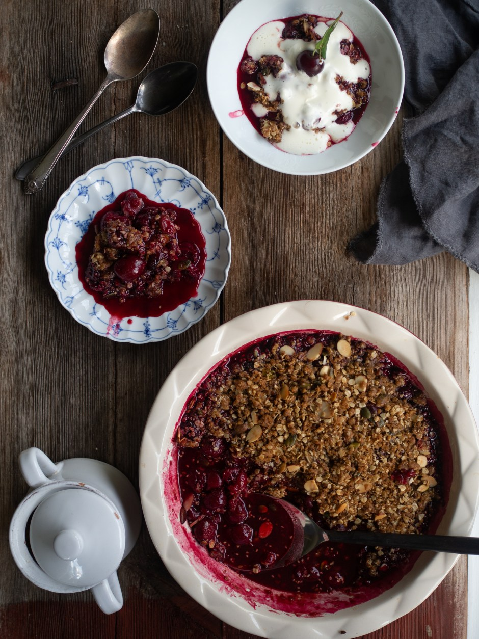Sour Cherry Crisp with almonds and seeds (Smuldrepai med Kirsebær)