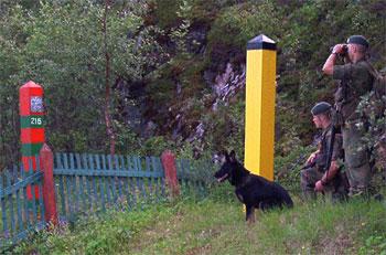 Norwegian and Russian border poles. Photo: www.grensekom.no