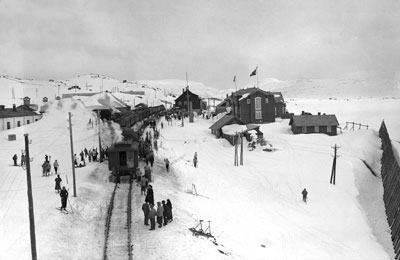 Easter tourists at Finse in 1935. Photo: Neupert/Norwegian Railway Museum.