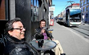 Jan-Erik Sønderby (67) (left) and Magne Bøler (53) prefer a cold beer on the sidewalk outside of Alexandria. Not least because Pilsen is relatively cheap. Photo: Knut Snare