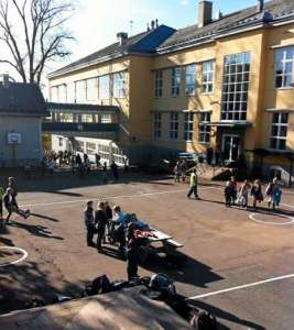 Children in the schoolyard after Lillesaker school was evacuated on Thursday. Photo: June Westerveld