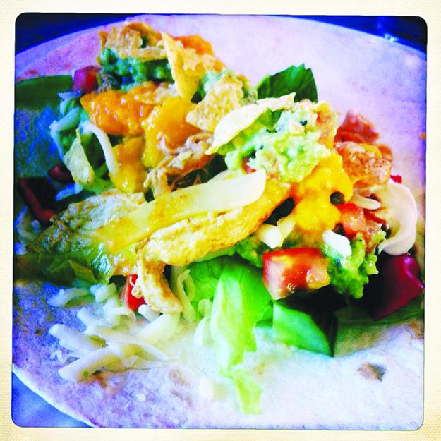 @marie_falch: Annerledes-taco del 3.Stek kylling filet med løk og purre,hell over tacokrydder, litt vann og 2 ss seterrømme-nam! Servert med hjemmelaget #guacamole #mangosalsa #salat #ost #nachos #paprika #agurk. #taco #fredagstaco #kylling #fredagskos Hittil har vi prøvd taco m kjøttboller og m laks. #prosjekttaco