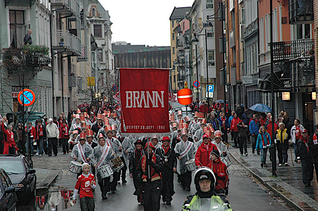 Photo: Torstein Aldin Thune / Wikimedia Commons Brann marches in the Syttende Mai parade in Bergen in 2007. The city will be sad not to have their beloved team in Tippeligaen in 2015.