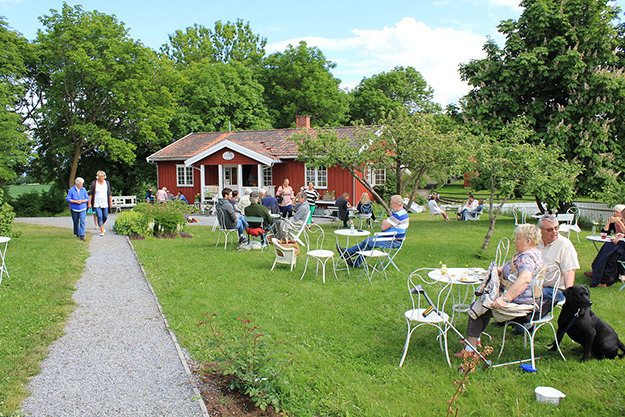 Photo: Øyvind Holmstad / Wikimedia Commons   Skafferiet's yard fills with customers on a sunny day, serving both those seeking a new couch and guests simply looking for their next cup of coffee.