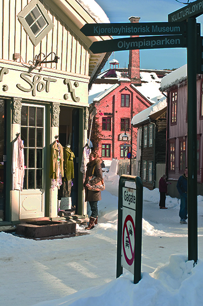 Photo: CH / Visit Norway Shopping in wintry Lillehammer.