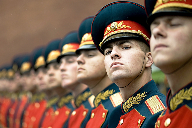 Photo: U.S. Navy Petty Officer 1st Class Chad J. McNeeley / Wikimedia Commons A Russian military honor guard.