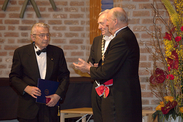 Photo: Bruce Sampson / NTNU Vitenskapsmuseet / Flickr Dr. Ivar Giaever in 2010 receiving the Gunnerus Medal, the highest honor of the Royal Norwegian Society of Sciences and Letters, which was presented by H.M. King Harald V and Kristian Fossheim.