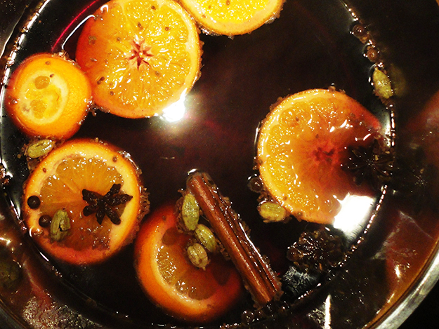 Photo: Angela Huster / Wikimedia Commons Mulled wine steeping with oranges, cinnamon, and other spices.