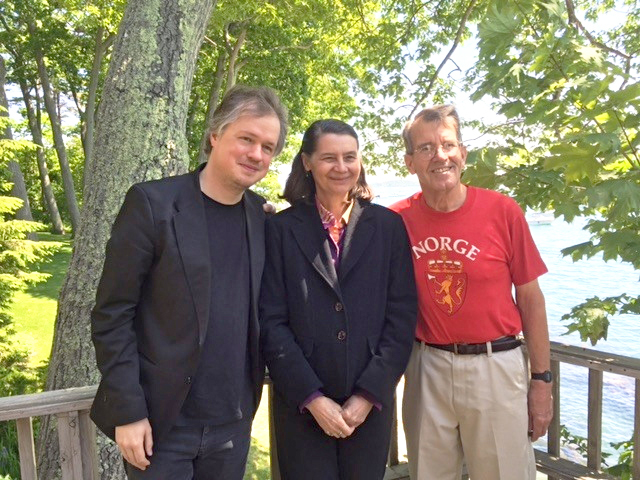 Photo: Lesley MacVane From left to right: Norwegian violinist Henning Kraggerud, Hardanger fiddler Loretta Kelley, and Maine Nordmenn member Roger Berle.