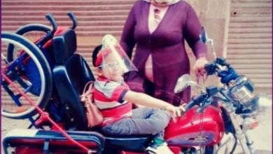 صورة أم تقود دراجة بخارية لتوصيل طفلها ذوي الإعاقة بعد رفض باص المدرسة (صور)