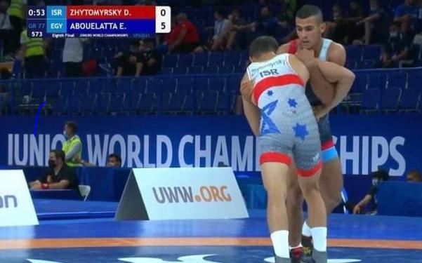 عماد ابو العطا يهزم منافسه الإسرائيلي ببطولة العالم للشباب في المصارعة الرومانية