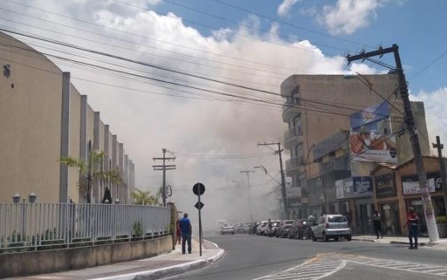 Incêndio na grama da Escola Polivalente assusta alunos e comerciantes em Camaçari 2