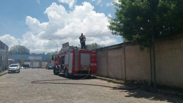 Incêndio na grama da Escola Polivalente assusta alunos e comerciantes em Camaçari 1