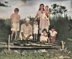 La imagen puede contener: 6 personas, personas de pie y exterior