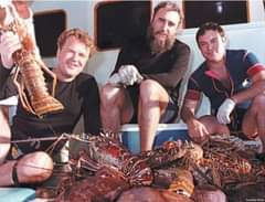 Puede ser una imagen de 3 personas y crustáceo