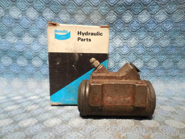 """1973 Dodge Dart & Plymouth Valiant NORS Right Front Wheel Cylinder with 9"""" Drum"""