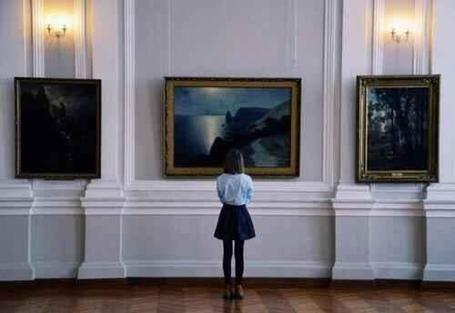 museum-girl