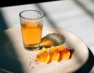 虫の日にはオレンジとショットグラスのメスカルを