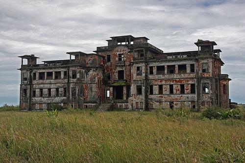 Edificio abandonado en medio de la selva, en Bokor Palace