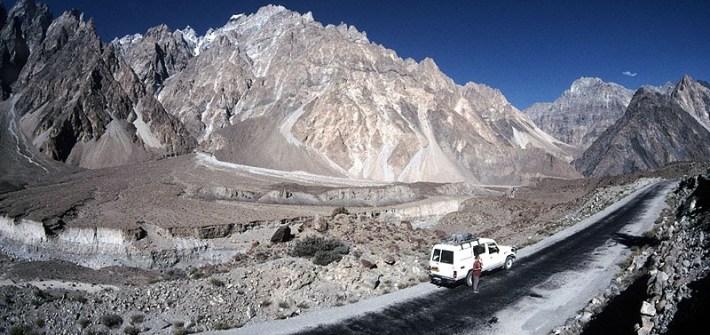 Carretera ascendente cruzando el Karakoram
