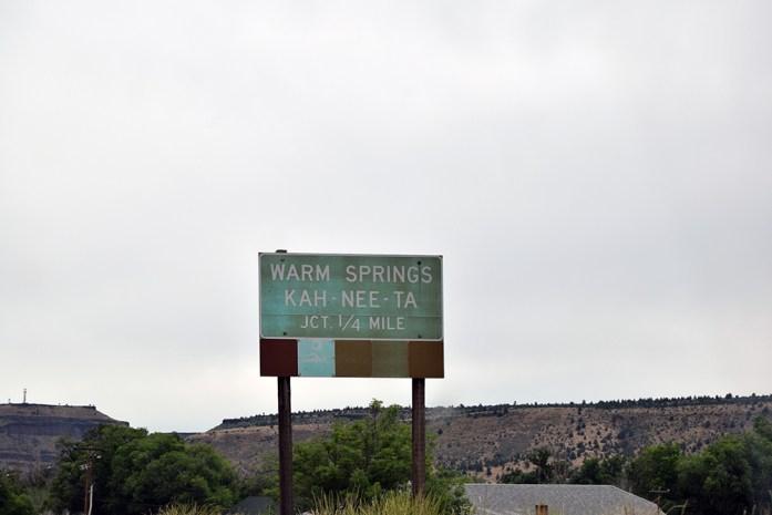 Entrando a la reserva india de Warm Springs, alto desierto de Oregon