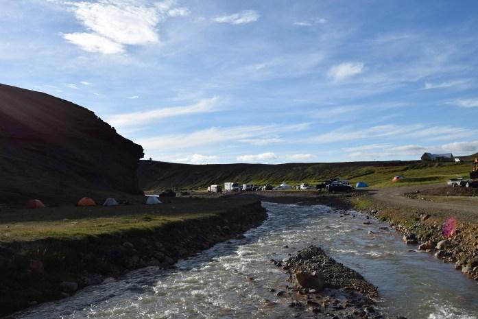 Tiendas de acampana junto al río en Kerlingarfjöll, Highlands, Islandia
