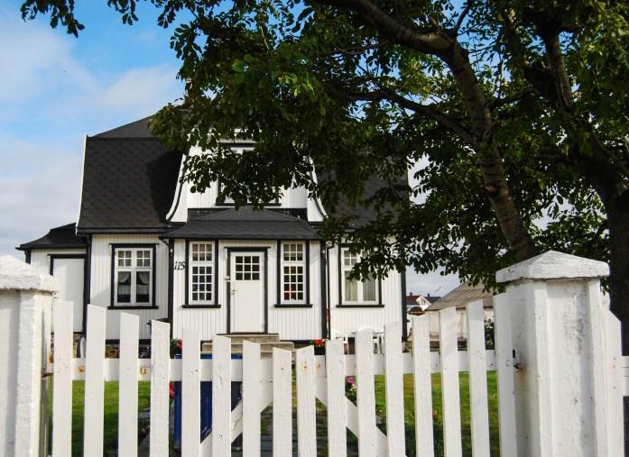 Casa en blanco y negro en Henningsvær