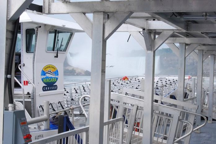 Barco llamado Hornblower, en la parte canadiense de las Cataratas del Niágara