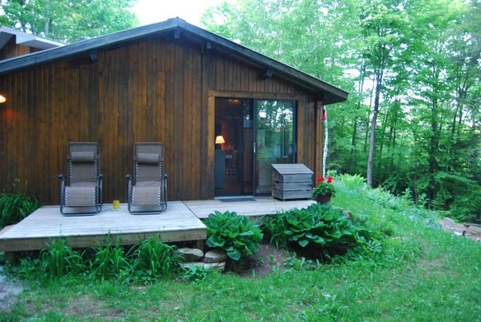 Cabaña de madera en bosque canadiense