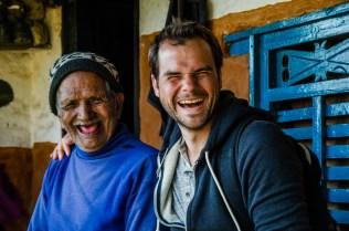 Lustiges Fotoshooting mit den Dorfältesten