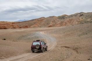 Tapfer bringt uns der Landcruiser mitten in die Wüste