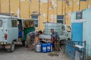 Jedes Wüstenkaff hat mindestens einen Brunnen und eine Tankstelle
