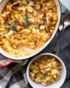 vegan mac'n'cheese with croutons and sage leaves from above
