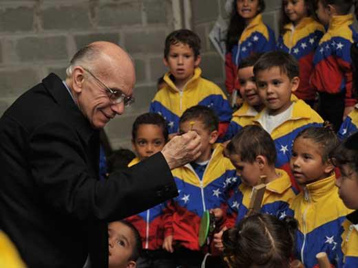 El Maestro Abreu con niños de la Orquesta Infantil y Juvenil de Venezuela
