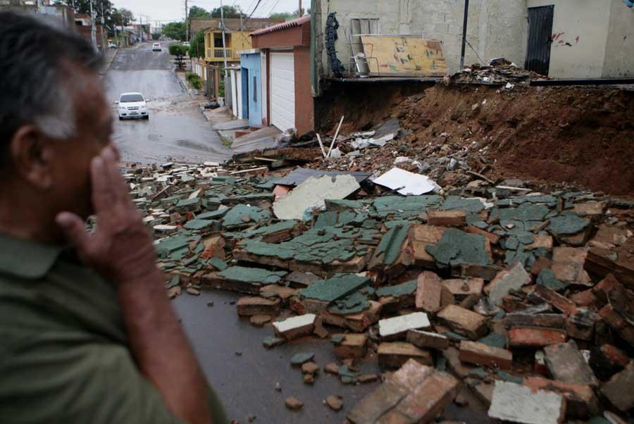 Maracaibo, Venezuela, 19/09/2015. Arboles caidos y varias zonas sin servicio electrico es la principal afectacion que reportaron los servicios de emergencia del Zulia tras el aguacero y vientos huracanados que azoto a varios municipios.  Pasadas las 3.00 de la madrugada, empezo a llover sobre varios municipios de la costa oriental y occidental del Lago de Maracaibo, precipitacion que estuvo acompanada por vientos huracanados e intensas descargas electricas. En la foto: En el sector Veritas la pared de una casa se derrumbo.