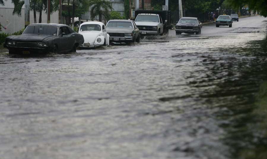 Maracaibo, Venezuela, 19/09/2015. Arboles caidos y varias zonas sin servicio electrico es la principal afectacion que reportaron los servicios de emergencia del Zulia tras el aguacero y vientos huracanados que azoto a varios municipios.  Pasadas las 3.00 de la madrugada, empezo a llover sobre varios municipios de la costa oriental y occidental del Lago de Maracaibo, precipitacion que estuvo acompanada por vientos huracanados e intensas descargas electricas. En la foto: En la avenida Guajira el nivel del agua afecto el libre transito.
