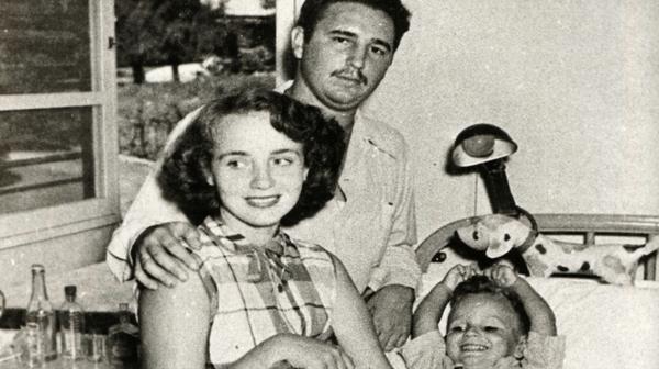 Fidel Castro junto a su primera esposa, Mirta Díaz Balart, y su hijo, Fidelito