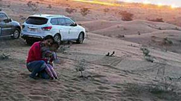 Estaban de vacaciones en los Emiratos Árabes y en el desierto se sacaron una foto que luego los aterró