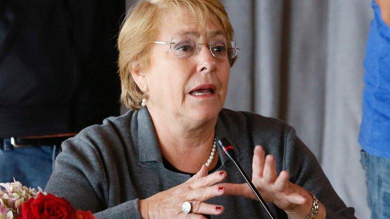 Bachelet critica planteamientos de campaña de Sebastián Piñera