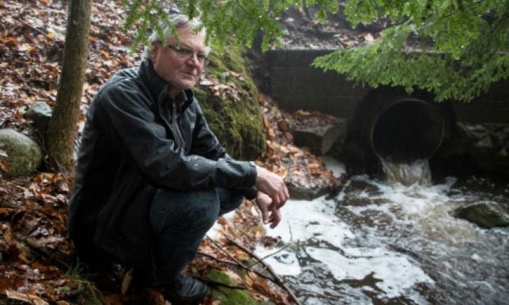"""""""Nestlé tiene la reputación de ir a las comunidades rurales pobres ofreciendo todo tipo de beneficios económicos que nunca se materializan y de usar toda el agua que quieren, y cuando los ríos están secos se van"""", se queja Peggy Case, presidenta de la asociación de Ciudadanos de Michigan para la Conservación del Agua."""