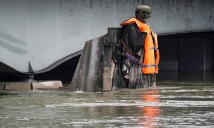 El zuavo, la célebre estatua de un soldado del ejército francés que custodia el río desde el Puente del Alma, cubierto ahora de agua hasta los muslos, fue vestido por dos hombres que descendieron haciendo rápel.