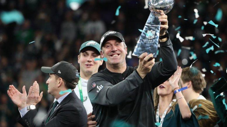 el entrenador Peterson sostiene el trofeo Lombardi al campeón de la NFL