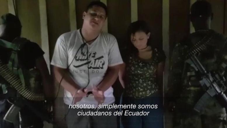 Captura del video cedido por la Secretaría de Comunicación de Ecuador (Secom) que muestra a los dos secuestrados ecuatorianos en la zona fronteriza con Colombia. El ministro ecuatoriano del Interior, César Navas, confirmó hoy, martes 17 de abril de 2018, el secuestro de dos ciudadanos, un hombre y una mujer aún sin identificar, en la zona fronteriza con Colombia donde fueron secuestrados y asesinados tres periodistas la semana pasada. En una rueda de prensa, Navas presentó el vídeo de la pareja que piden al presidente del país, Lenín Moreno, que ayude en su liberación EFE