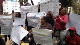Familiares del Hospital JM de Los Ríos protestan a las afueras del recinto pidiendo atención digna